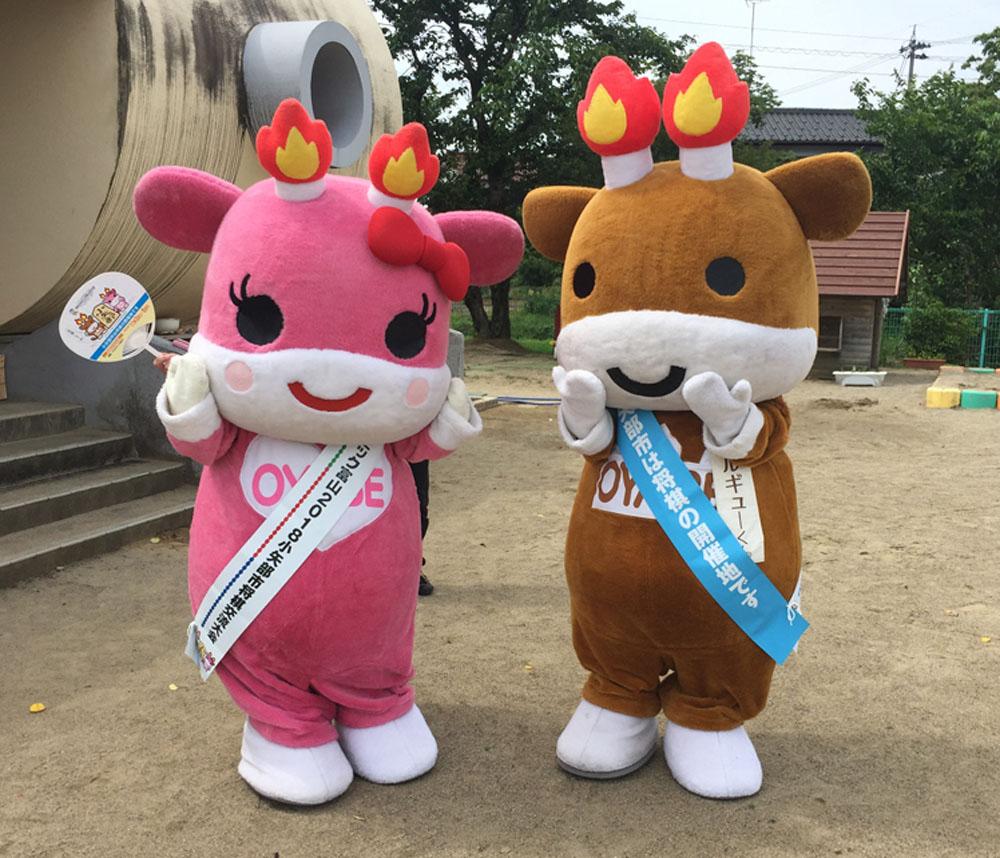 小矢部市シンボルキャラクターのメルギューくんとメルモモちゃんに着ていただきました!
